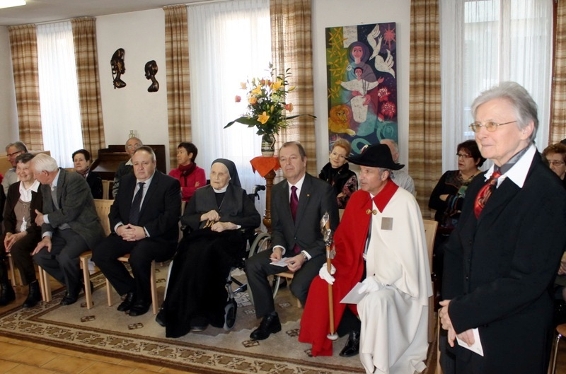 Sr Marie-Gabrielle, Supérieure générale, accueille les Officiels et la famille