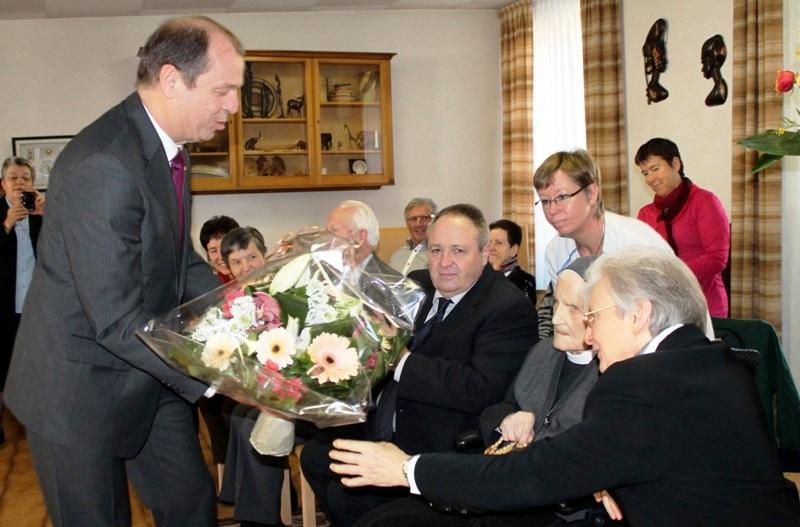 Monsieur Maurice Tornay, Conseiller d'Etat, transmet les félicitations officielles à la Centenaire et lui offre des fleurs