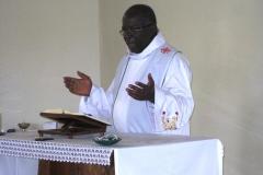 Le Père Joseph Kpin célèbre l'Eucharistie