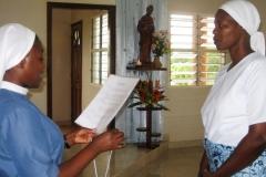 Sr Marie-Chantal, supérieure régionale, accueille la nouvelle novice
