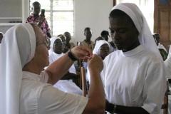 Sr Gilberte, maîtresse des novices, remet la croix à Sr Nadège