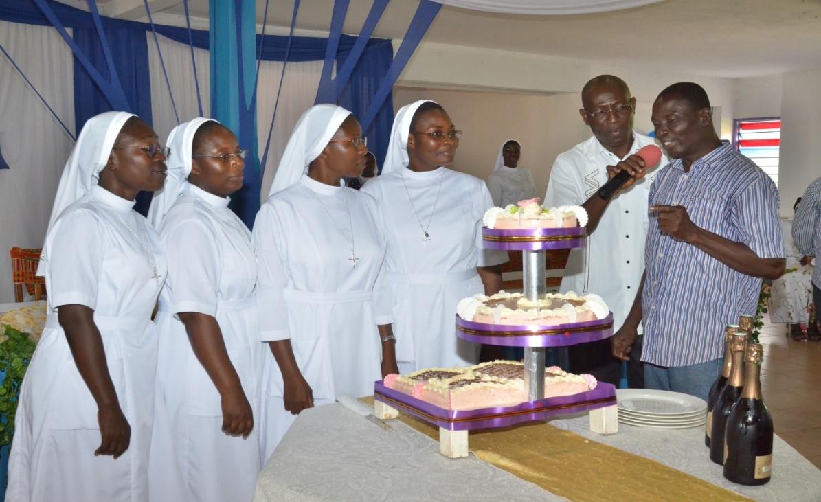 Le gâteau offert par les frères de la charité