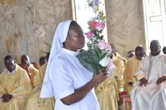 Sr Jeannette et la croix sur un bouquet de roses