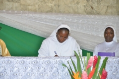 Signature à l'autel de l'acte de consécration